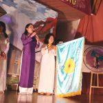 Gia Long Bắc Cali nhận cờ luân lưu tại ĐHGLTG Kỳ IV (Âu Châu, 2009)