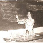 Cô Bạch Hạc tại Phòng Thí Nghiệm trường Gia Long